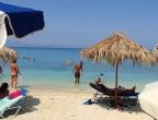 Plaża Xigia - naturalne spa siarkowe na Zakynthos - na plaży są rozłożone leżaki i parasole