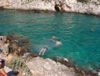 Porto Limnionas, Zakynthos - widok na zatokę - czysta woda zachęca do kąpieli i skoków do wody