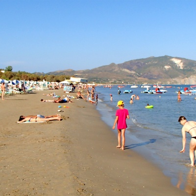 plaża Laganas - im bliżej do centrum miejscowości tym węższa i brzydsza plaża.