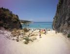 Plaża Xigia - naturalne spa siarkowe na Zakynthos - droga od ulicy w kierunku plaży u stóp klifu