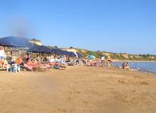 Plaża Gerakas, Zakynthos - w środkowej części plaży znajdują się leżaki i parasole