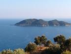 Mała wyspa Palouzo - widok z drogi do plaży Dafni