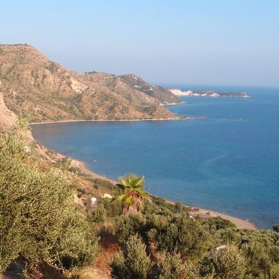 Widok na plażę Dafni z drogi przez góry